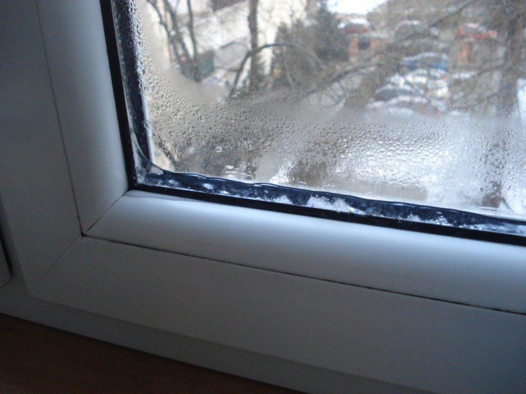 Пластиковые окна запотели. Что делать?.